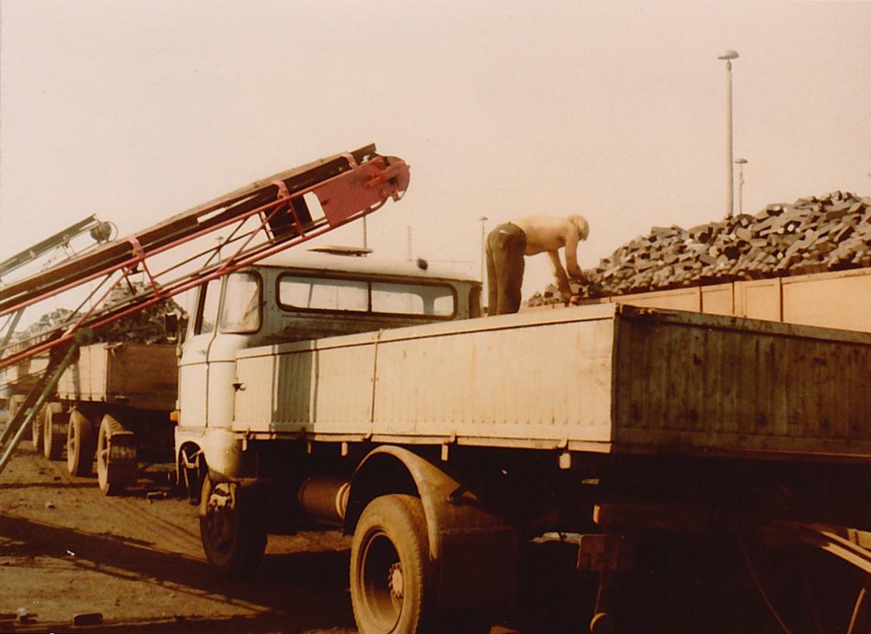 Originalfoto von 1978 Verladung von Kohlen auf Lastwagen