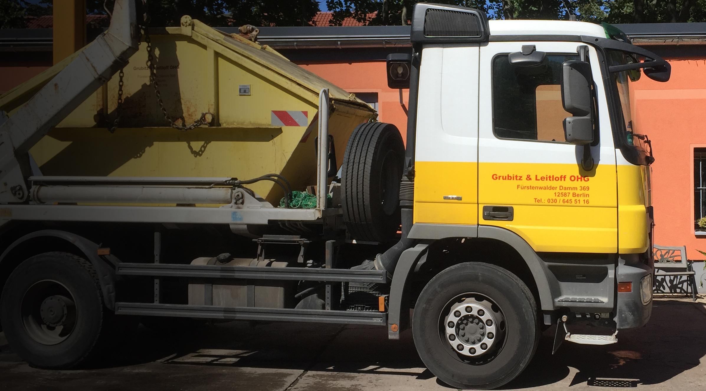 Kipplaster der Grubitz & Leitloff OHG mit Container-Transport